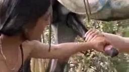 Возбужденные черноголовые подружайки сосут жеребчику